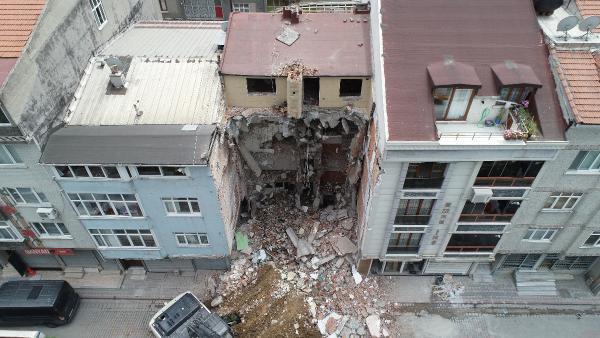 Yıkım sırasında iki bina zarar gördü
