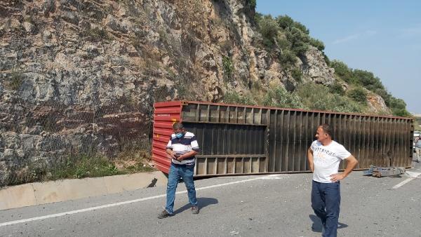 Konteyner, savrulan TIR'dan D-100 yoluna düştü