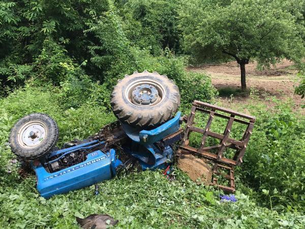 Şarampole devrilen traktörünün altında can verdi