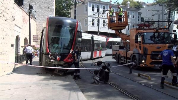 Pos cihazına takılan tramvay, raylardan çıkıp elektrik direğine çarptı
